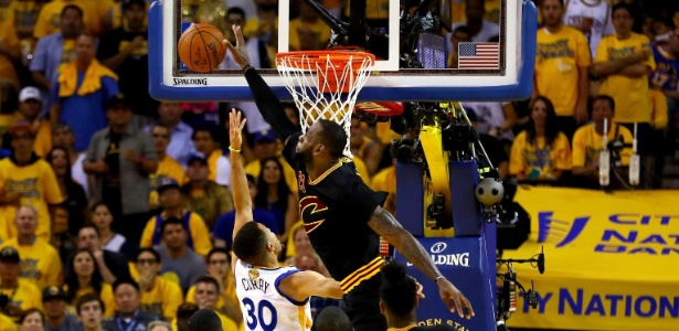 Lebron James da toco em Stephen Curry - (Foto: Ezra Shaw/Getty Images/AFP)