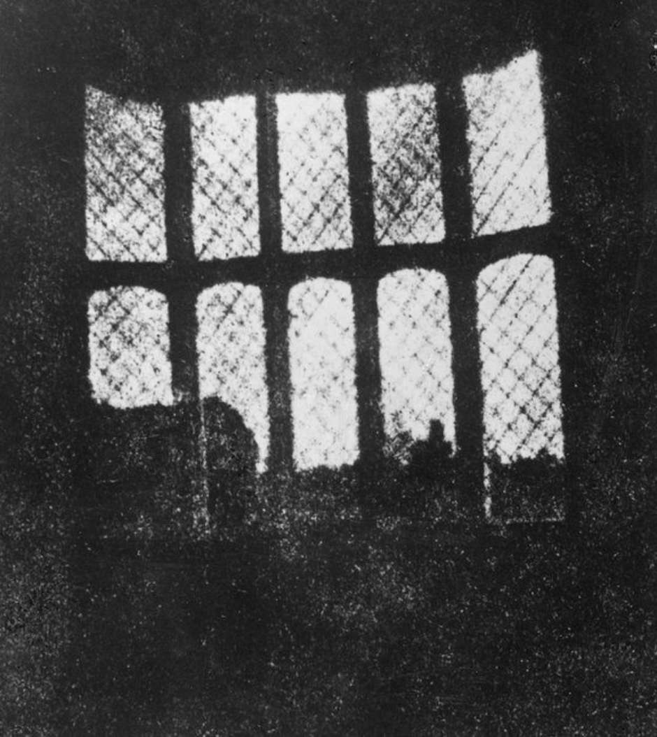 Primeiro negativo do mundo registra janelas da abadia em 1835 (Foto: William Henry Fox Talbot)