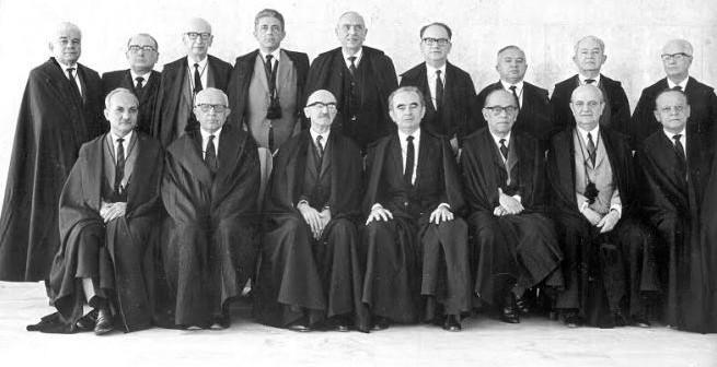 Medeiros (2º em pé da dir. para esq.) na composição do STF em 65; Nunes Leal (1º sentado à esq.) e Lins (4º em pé da esq. para dir.) - (Crédito: STF)
