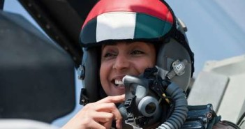 A primeira piloto dos Emirados, a major da Força Aérea, Mariam Al Mansouri, 35 anos, dirige um caça F-16 (Foto: HO / AFP)