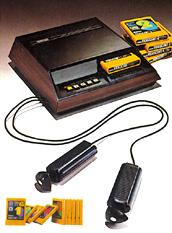 O Fairchild Channel F com seus joysticks em forma de manche e jogos em cartuchos