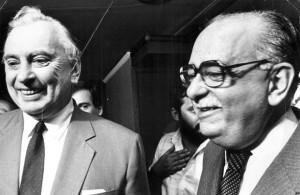 Foto tirada em Brasília, dia 27 de março de 1987 mostra o escritor norte-americano Gore Vidal com o governador do Distrito Federal José Aparecido de Oliveira. (Crédito: Mila Petrillo/CB/D.A Press)