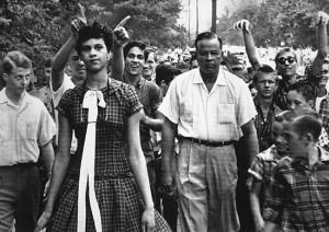 Dorothy Counts, aos 15, a primeira estudante negra a frequentar o colégio Harding, em Charlotte, Carolina do Norte. (Douglas Martin - 5 setembro 1957/Associated Press)