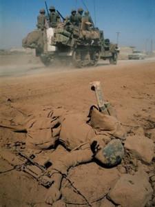 Veículo militar israelense passa por corpo de soldado sírio morto durante a guerra para tentar reaver Colinas do Golã, em 1967 (Foto: AFP)