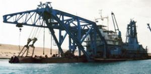 Embarcação no Canal de Suez, uma das mais importante hidrovias do mundo, no Egito (Foto: AFP)