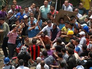 Homem é cercado e agredido durante protestos no Cairo em maio de 2012 (Foto: Reuters)