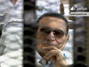 Imagem da TV estatal egípcia mostra o ex- presidente Hosni Mubarak sentado atrás das grades, durante seu julgamento na Academia de Polícia no Cairo. (Foto: TV estatal egípcia / AFP)