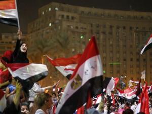 Egípcios comemoram a derrubada de Morsi (Foto: Suhaib Salem/Reuters)