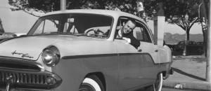 O repórter Mauro Salles posa no intervalo de um teste com o Aero-Willys 1960. - (Foto: ARQUIVO/14-12-1960)
