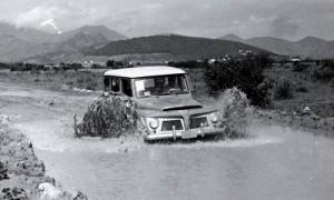 A Rural-Willys no primeiro teste de carros da imprensa brasileira, em dezembro de 1959 - (Foto: Agência O Globo)