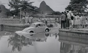 Pauta criativa em 1960: com Salles, o Fusca desce da rampa do Caiçaras e navega na Lagoa - (Foto:Agência O Globo)