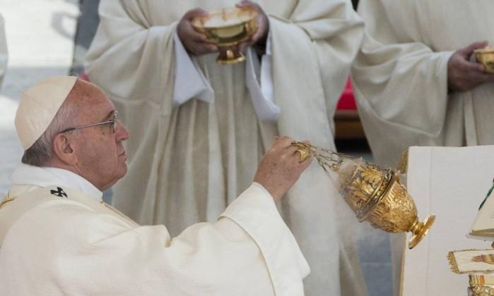 Papa Francisco espalha incenso durante a cerimônia de canonização dos pais de Santa Teresa - Foto: Alessandra Tarantino / AP)