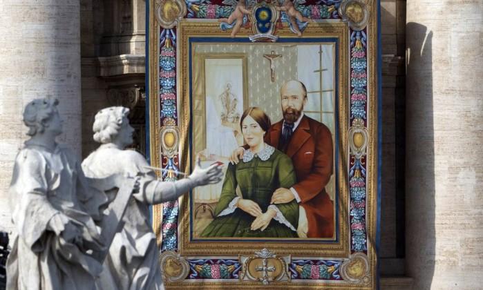 Uma tapeçaria mostra a imagem do casal Louis e Zelie Martin, que viveram no século XIX e foram pais de Santa Teresa de Lisieux e outras quatro freiras - (Foto: Alessandra Tarantino / AP)