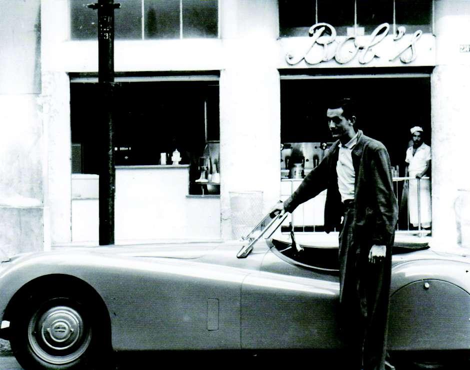 Robert Falkenburg em frente à primeira unidade do Bobs, que ele inaugurou em 1952 (Foto: Divulgação)