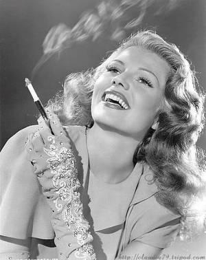 A atriz Rita Hayworth, no auge da beleza: com ela, o cigarro era pura sensualidade (Foto: wp.clicrbs.com.br/ Divulgação)