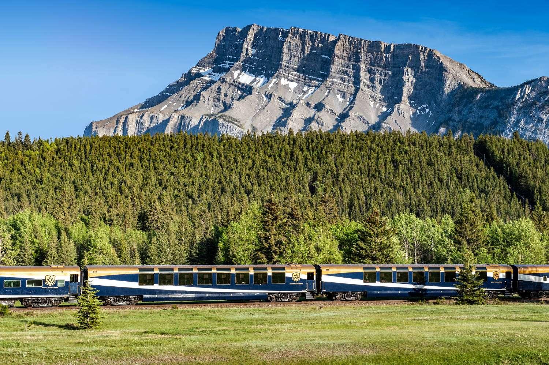 Rocky Montaineer, o trem que abriga o clássico vagão panorâmico, ideal para observar as montanhas rochosas canadenses (foto: Canadá)