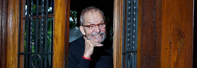 Goulart de Andrade na porta de entrada de sua casa em Cotia (Foto: Patricia Stavis/Folhapress)