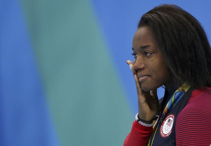 Simone Manuel se emociona ao receber a medalha de ouro conquistada no Rio 2016 (Foto: Marcos Brindicci/REUTERS)