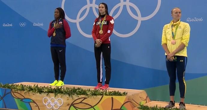 Pela primeira vez na história, uma nadadora negra foi ao degrau mais alto do pódio olímpico (Foto: Reprodução/SporTV)