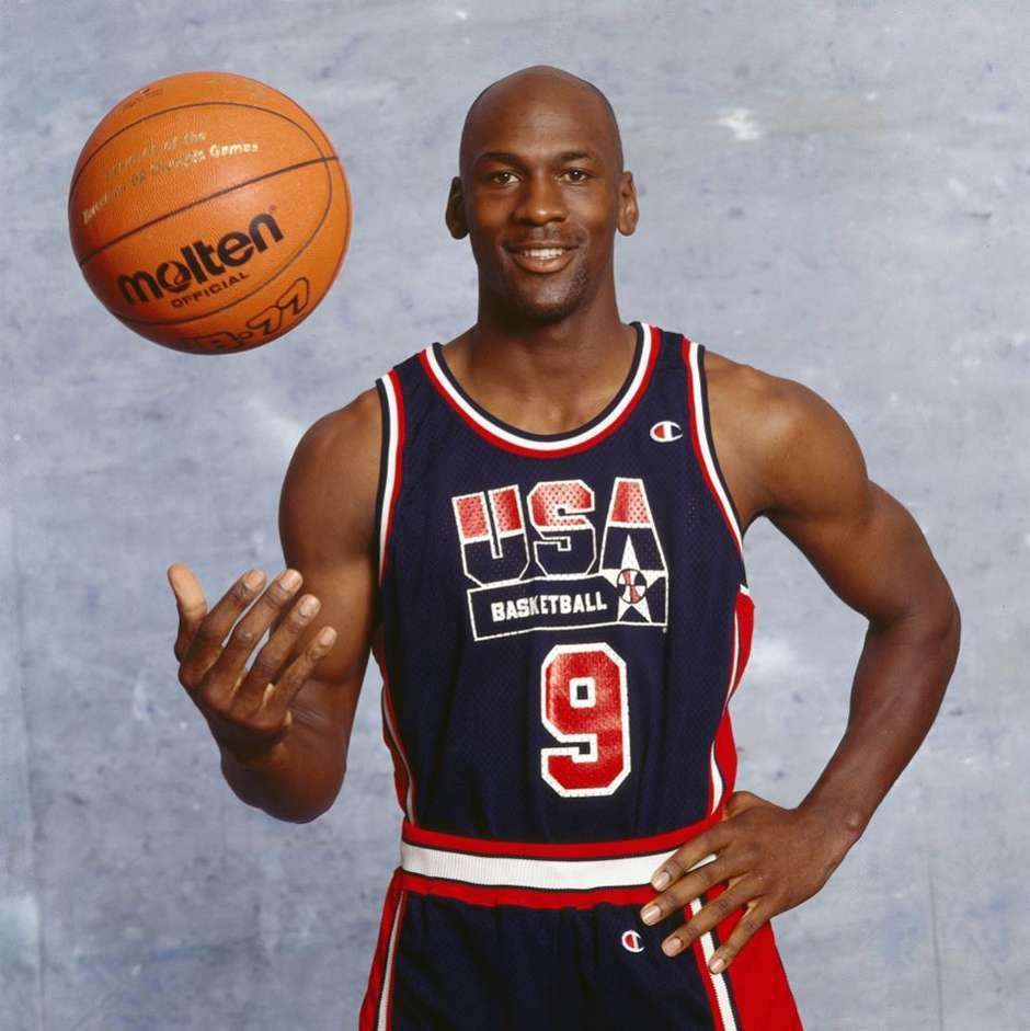 A meteórica e brilhante trajetória de Michael Jordan na NBA e no Dream Team das Olimpíadas é lembrada com saudosismo, mesmo após duas décadas de seu auge (Foto: Facebook / Reprodução)