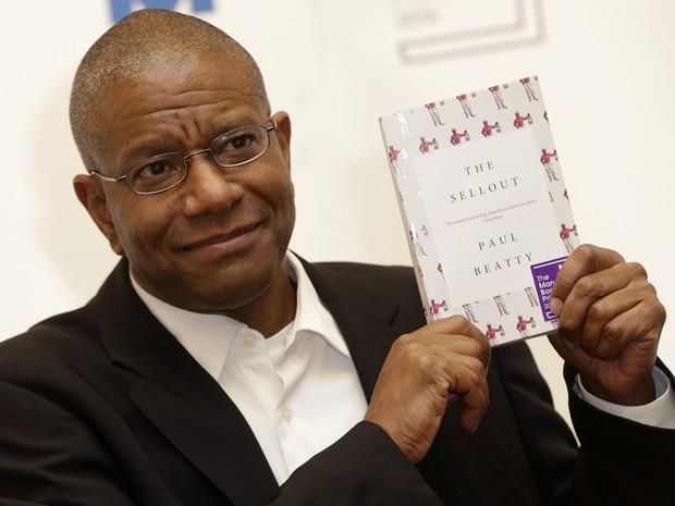 O autor americano Paul Beatty após a cerimônia do Booker Prize, em Londres (Foto: AP Photo/Alastair Grant)