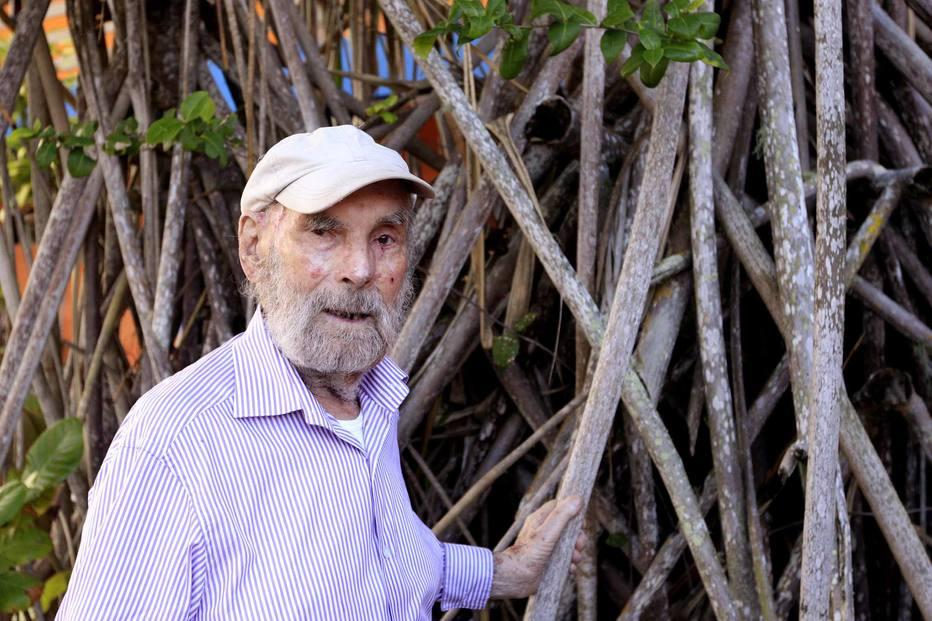 Krajcberg, aos 91 anos, em sua casa e ateliê em Nova Viçosa, sul da Bahia Foto: Tiago Queiroz/Estadão