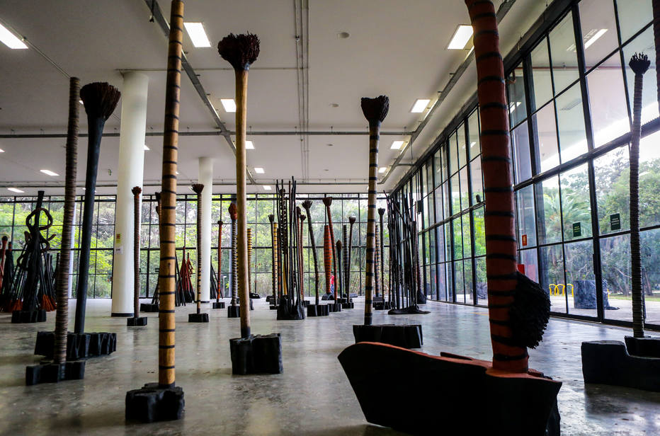 Sala de Krajcberg na 32.ª Bienal de São Paulo, em 2016 (Foto: Gabriela Biió/Estadão)