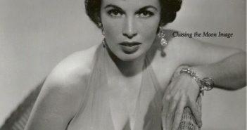 Maxine Cooper Gomberg, ficou famosa por seu papel como Velda no thriller policial noir Kiss Me Deadly (1955), vagamente baseado no romance de Mickey Spillane e, posteriormente, uma inspiração para Quentin Tarantino e seu filme Pulp Fiction
