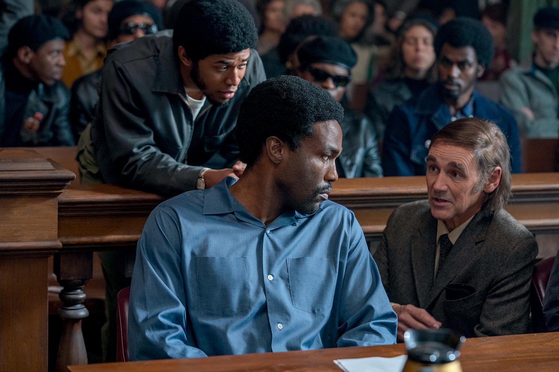 SEM DIREITOS- Abdul-Mateen, como Seale, com Rylance, como um advogado: amordaçado no tribunal – Niko Tavernise/Netflix