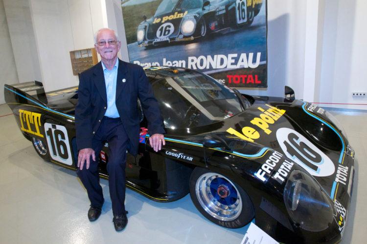 Em foto de 2010, Jean-Pierre Jaussaud (1937-2021) posa ao lado do carro que dividiu com Jean Rondeau para vencer a edição de 1980 das 24h de Le Mans