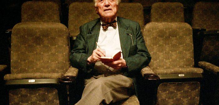Stanley Kauffmann, crítico cujas resenhas literárias e rigorosamente elaboradas apareceram no The New Republic por mais de meio século e definiram um padrão de facilidade e erudição crítica